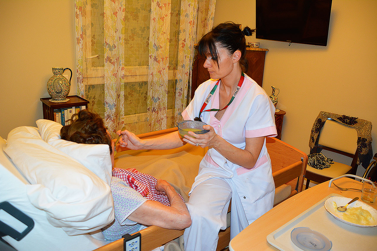 Aide à domicile pour une personne âgée : quotidien, difficultés